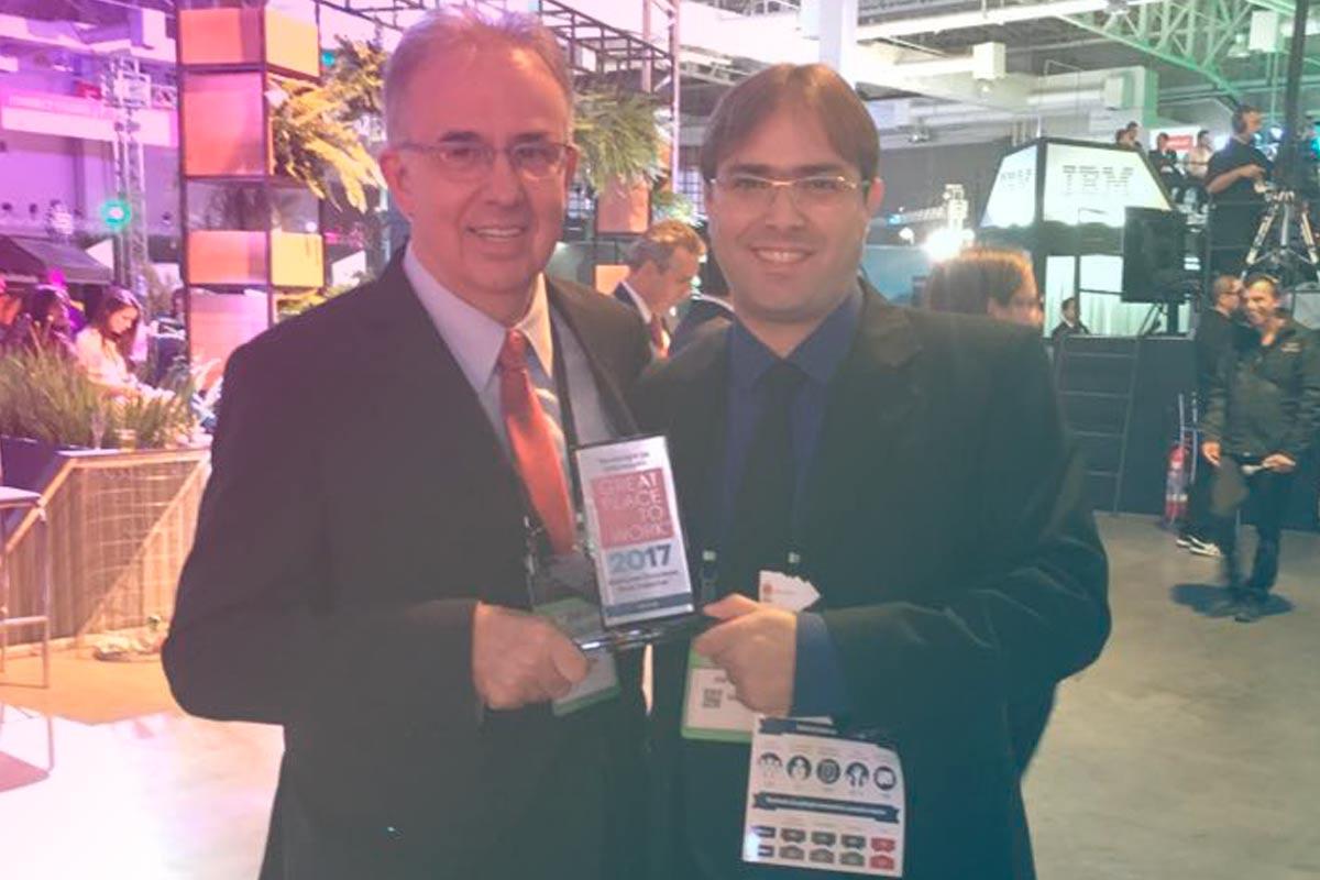 dois empresarios recebendo premiação