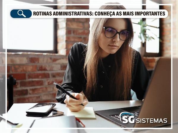 Mulher trabalhando em rotinas administrativas em seu computador