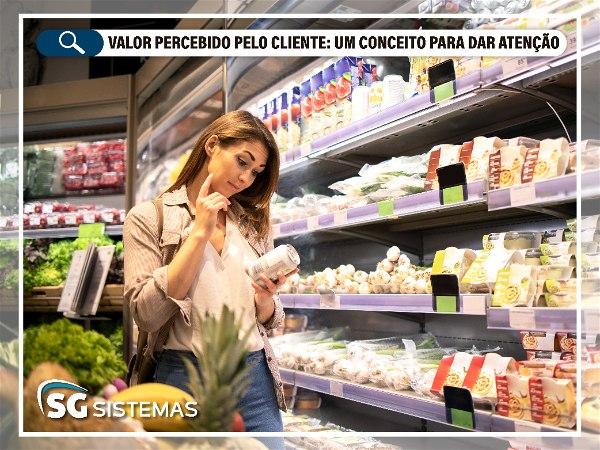 """Imagem de mulher escolhendo produto em supermercado, com o título do post """"Valor percebido pelo cliente: um conceito para dar atenção"""""""