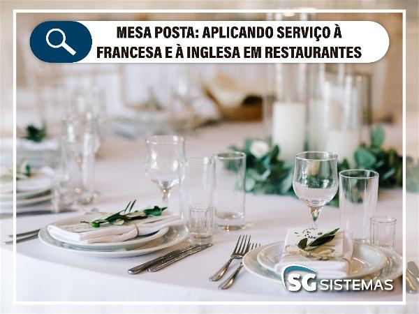 Copos e pratos organizados em mesa posta